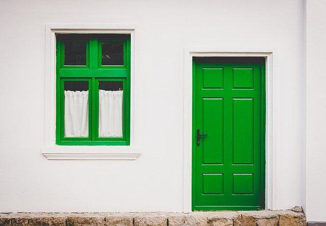 緑色のドアの家